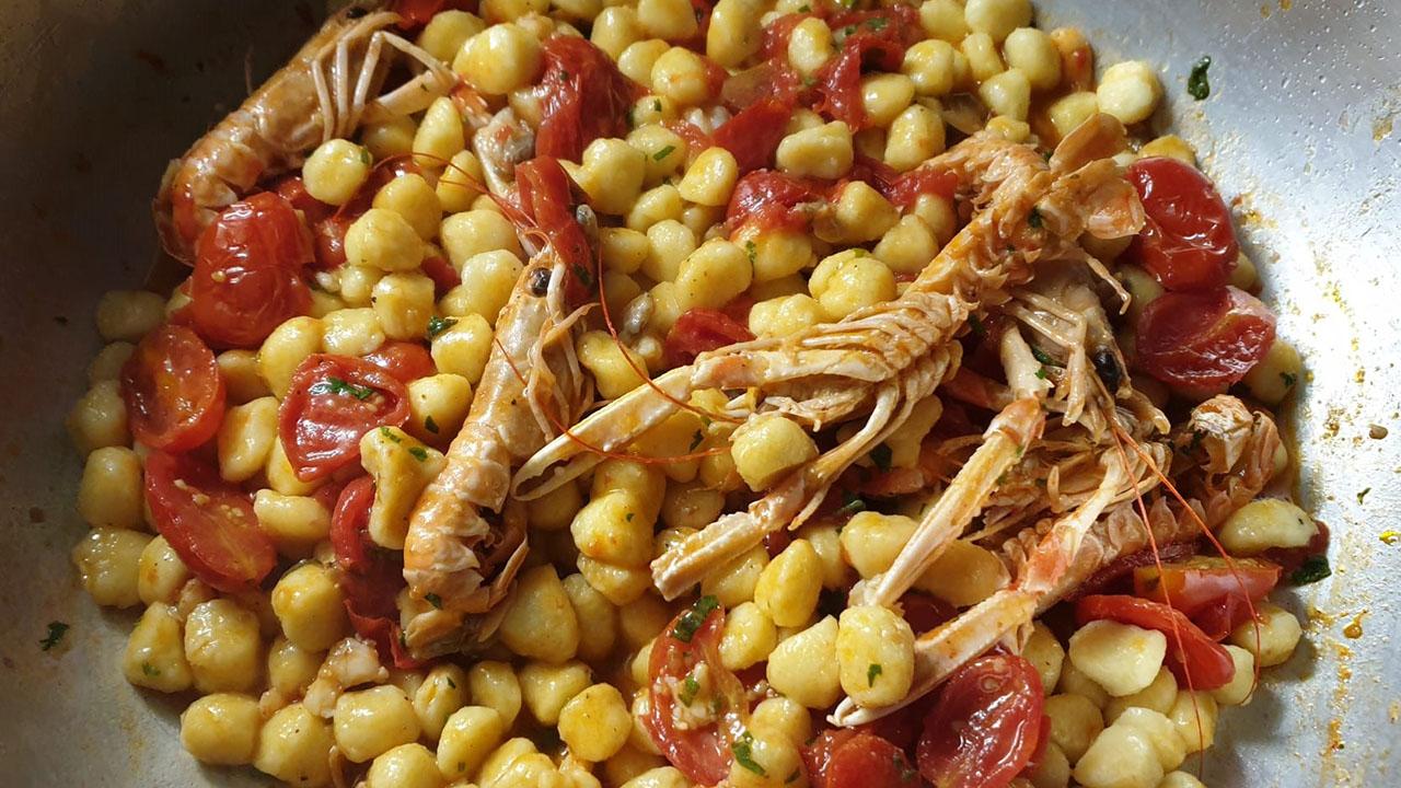 Chicche vongole, scampi e granella di pistacchio